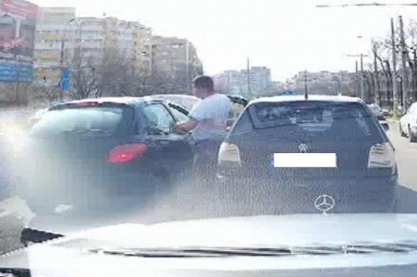 Bătaie cu pumnii şi picioarele în traficul din Bucureşti. VIDEO