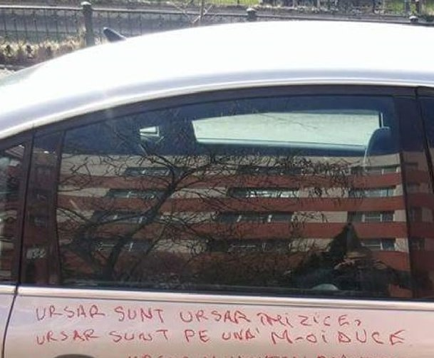 Ce mesaj a găsit scris pe maşină un şofer din Bucureşti. FOTO