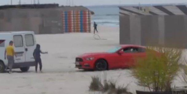 VIDEO - A vrut să arate tuturor că are Ford Mustang, dar s-a făcut de râs pe plaja din Mamaia