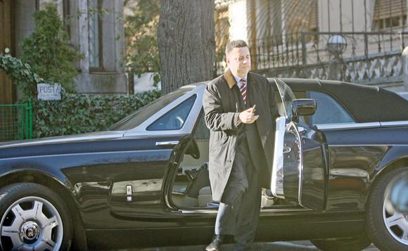 """GALERIE FOTO - """"Regele Imobiliarelor"""" din România a ajuns de la Rolls-Royce Phantom decapotabil la Audi vechi cu stopul spart"""