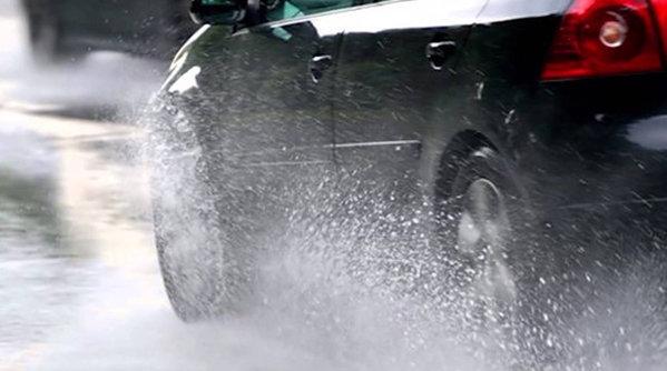 11 sfaturi pentru a conduce în siguranţă pe timp de ploaie