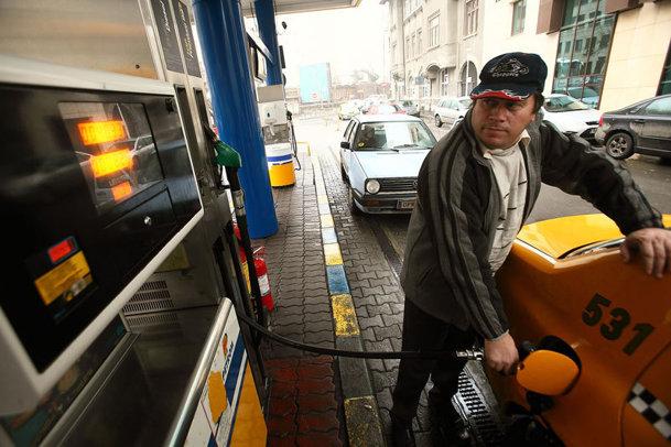 Benzina a depăşit din nou pragul de 5 lei pe litru. Cât din această sumă sunt taxe şi impozite