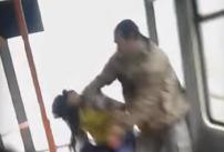 VIDEO - Tineri romi bătuţi în tramvaiul 41, după ce au refuzat să dea manelele mai încet