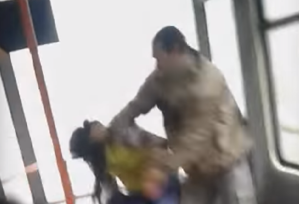 VIDEO - Doi tineri au fost bătuţi de călători în tramvaiul 41, după ce au refuzat să dea manelele mai încet