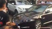 VIDEO - O femeie nervoasă şi-a găsit maşina blocată şi a recurs la un GEST EXTREM!