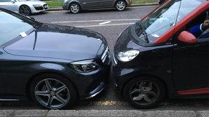 Mesajul genial pe care l-a lăsat şoferul unui Smart pe parbrizul unui Mercedes parcat prea aproape. FOTO