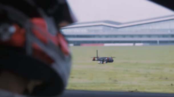 O dronă se ia la întrecere cu o maşină de curse. Cine câştigă?   VIDEO