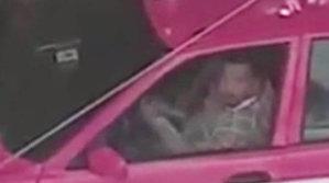 O femeie îşi parca maşina, iar şoferul de taxi de lângă ea a făcut ceva ŞOCANT. Un martor a pus mâna pe telefon şi a filmat totul [VIDEO]