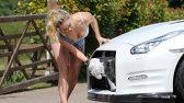 A început să-şi spele maşina, dar apa i-a făcut hainele TRANSPARENTE!
