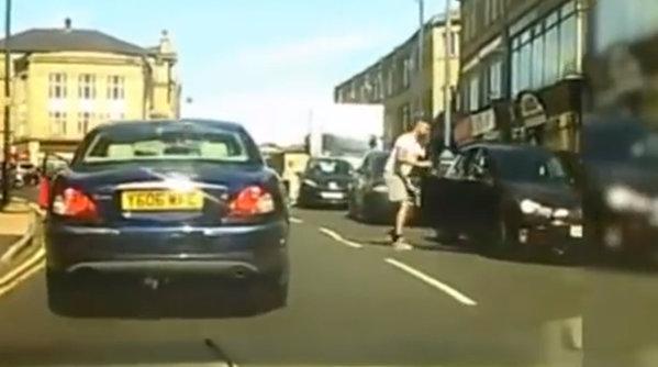 Road rage: O şoferiţă pune mâna pe bâtă şi sare în apărarea soţului - VIDEO