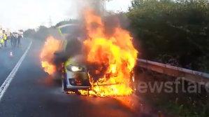 Arde Poliţia! BMW-ul legii, în flăcări pe autostradă [VIDEO]
