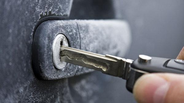 Cum îmi protejez maşina în timpul iernii? TOP 8 trucuri