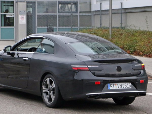 Mercedes a lucrat de 1 Decembrie. A scos maşină nouă.