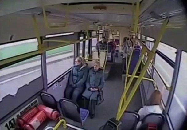 Ce se întâmplă dacă şoferul unui autobuz adoarme la volan [VIDEO]