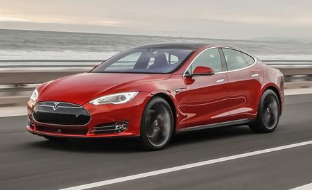 Şofer de Tesla, devenit erou după ce a salvat un om. Compania americană va suporta reparaţiile maşinii