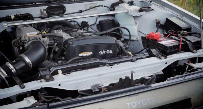 Posibilitatea de a-ţi repara singur maşină. În ziua de azi este foarte puţin probabil să-şi poţi repara singur maşina în curte sau în garaj. Cel mai adesea, vei avea nevoie de echipamente de diagnosticare costisitoare şi o pereche puternică de mâini pentru a deşuruba şi scoate capacul mare din plastic al motorului.