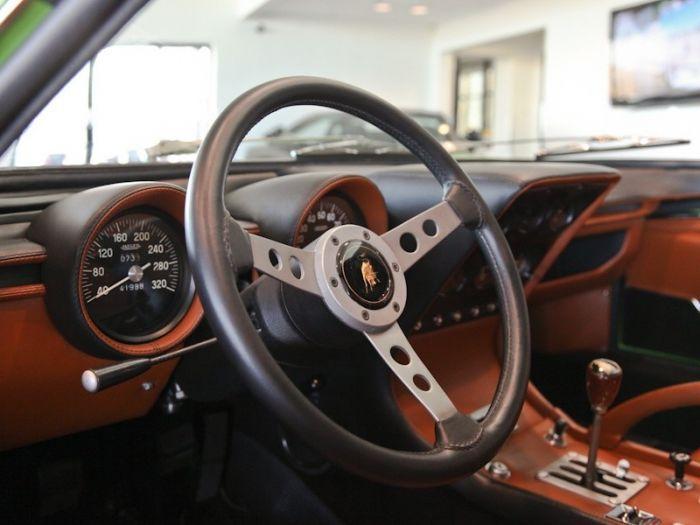 Volanul. Se pare că maşinile noi încercă întotdeauna să reinventeze volanul, deşi ele întodeauna nu au făcut altceva decât să direcţioneze roţile din faţă. În zilele noastre cu un volan se poate răspunde la telefon, se poate schimba, de asemenea, viteza sau umbla prin setările radioului. Maşinile vechi păstrau totul mai simplu, volanul fiind mai subţire, acesta fiind folosit doar pentru viraje.
