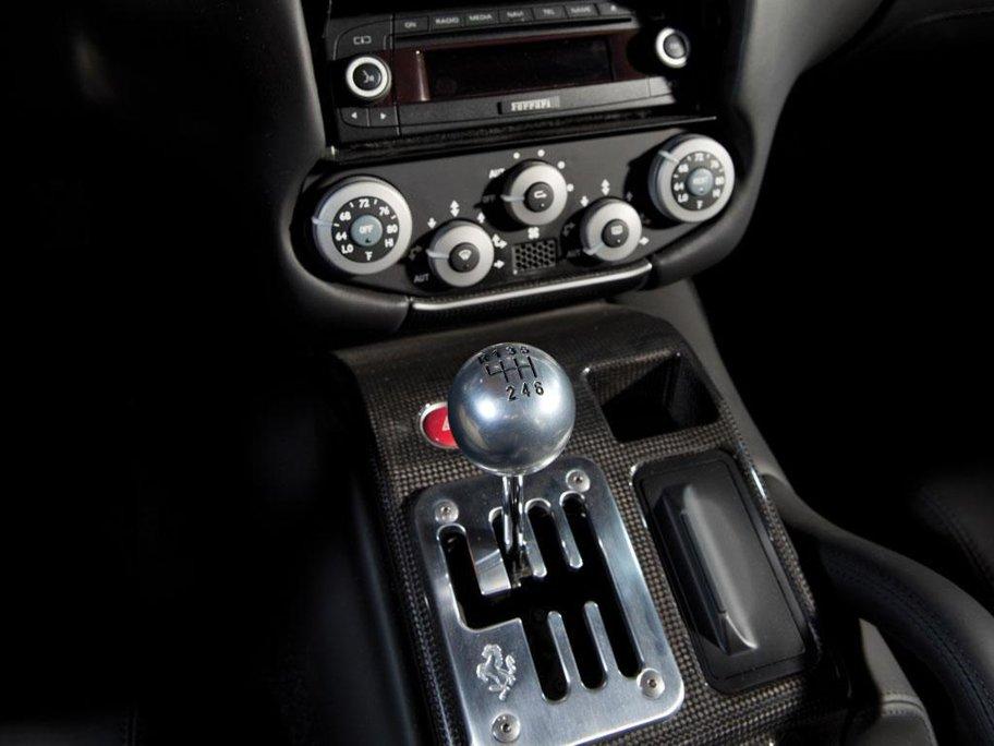 Cuia de viteze manuală. În momentul de faţă, în alte ţări, majoritatea maşinilor sunt dotate cu cutii de viteze automate, dar cu cât o maşină este mai veche maşina, cu atat mai probabil este ca puterea motorului să fie transmisă la roti prin intermediul unei cutii de viteze manuale. Acestea fac mai intensă plăcerea condusului şi reprezină un mare factor de descurajare pentru hoţii din America. Desigur, maşinile moderne cu transmisie automată sunt mai eficiente decât cele manuale, motiv pentru care cumpărătorii aleg autoturisme din prima categorie.