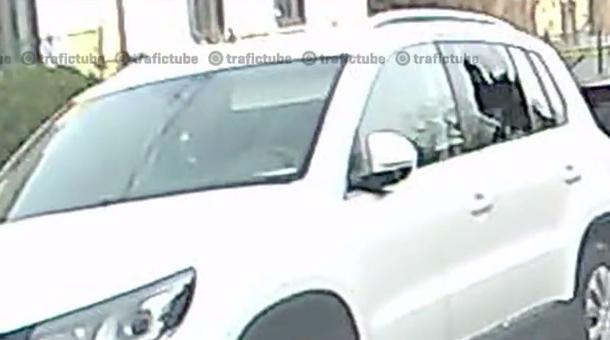 Doi hoţi filmaţi în timp ce spărgeau o maşină [VIDEO]