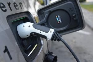 Bani nerambursabili pentru maşini electrice. 45.000 de lei pentru fiecare automobil