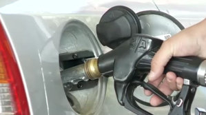 Cât trebuie să muncească un român pentru un plin de benzină [VIDEO]