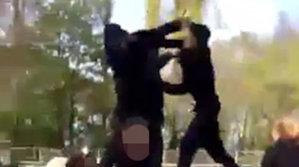 Un bărbat ia bătaie, în curtea şcolii, de la un puşti mult mai mic ca el [VIDEO]