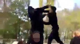 Bărbatul venise să rezolve un conflict cu un PUŞTI din curtea şcolii, însă nu ştia că băiatul are centura neagră la JIU-JITSU. Ce a urmat întrece imaginaţia [VIDEO]