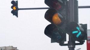 """Să vedem cât de bun şofer eşti: Ştii """"secretul"""" semaforului intermitent de dreapta?"""
