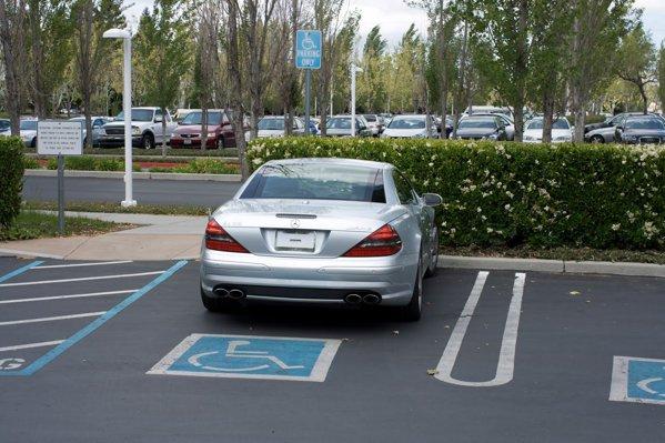 Mercedesul lui Steve Jobs, parcat pe locul destinat invalizilor.