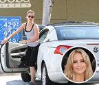 Jennifer Lawrence - Volkswagen Eos. Popularitatea ei a ajutat-o să câştige o avere de peste 40 de milioane de dolari în câţiva ani, dar ea cheltuit doar 35.000 de dolari pe un Volkswagen Eos, deşi clar îşi putea permite o masina de zece ori mai scumpă.