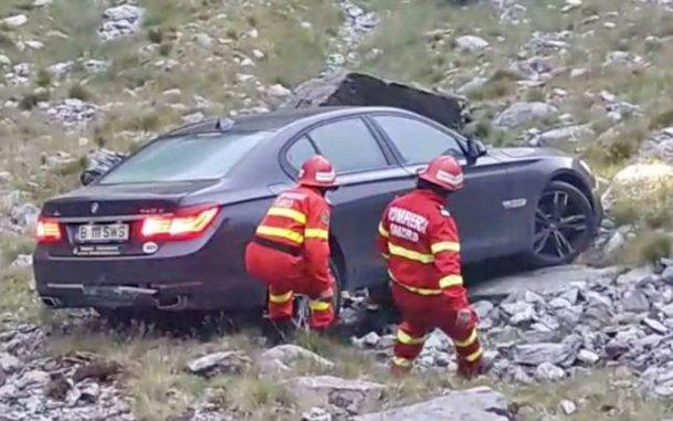 Ce nu face omul pentru o poză bună?! BMW căzut în râpă pe Transfăgărăşan - VIDEO