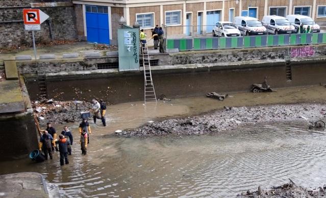 Vehicule fascinante descoperite la curăţarea unui canal de apă -  VIDEO