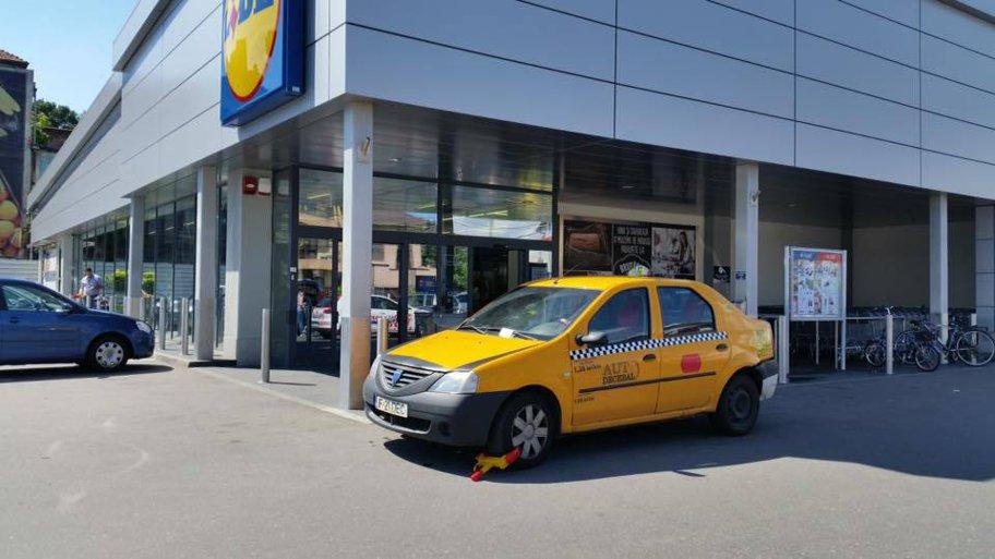 Află ce supermarket-uri sancţionează maşinile lăsate aiurea şi cât costă eliberarea lor -  FOTO