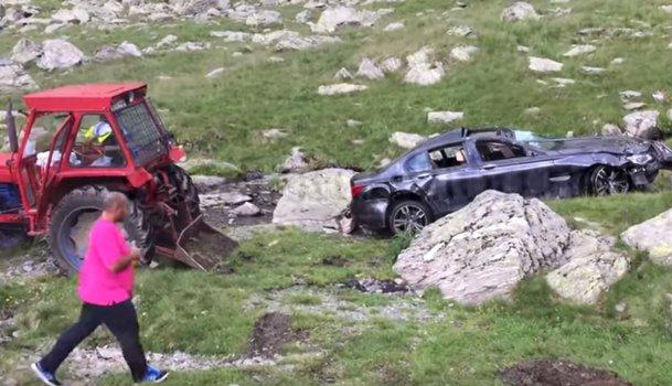 Operaţiunea de salvare a BMW-ului căzut în râpa de pe Transfăgărăşan - VIDEO