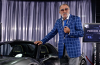 Miliardarul român Ion Ţiriac în topurile de afaceri face un pariu în care renunţă la un avion din flota personală pentru construirea câtorva mii de săli de sport