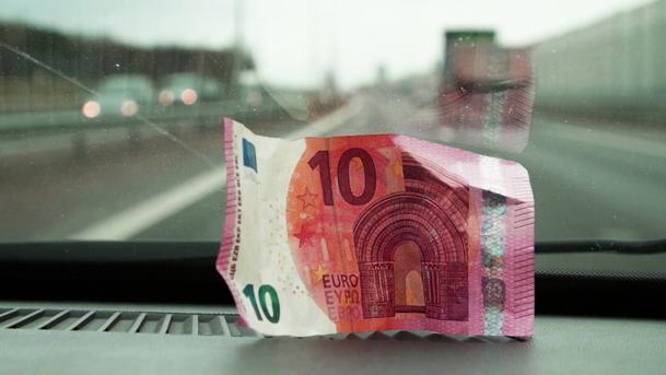Ţeapa care-i face pe români să fugă până şi de bani