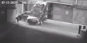 A căzut cu BMW-ul de la etajul 7 şi a supravieţuit. Motivul accidentului este tipic pentru femei - VIDEO