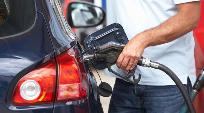 Câţi litri de benzină consumă, anual, un român