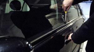 Poliţiştii ne învăţă cum să ne ferim de hoţii din maşini