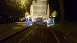 REACŢIA muncitorilor când au fost prinşi la asfaltat gropi imaginare prin Bucuresti. O femeie a filmat totul - VIDEO