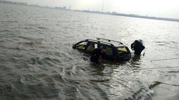 O maşină, căzută în Lacul Morii