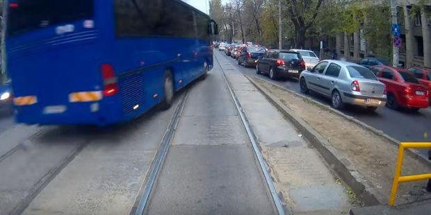 Autocarul Jandarmeriei, filmat în timp ce depăşeşte la milimetru pe linia de tramvai - VIDEO