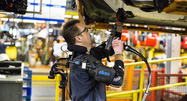 Costumul de 'Iron Man' face minuni pe banda de producţie din fabricile Ford - VIDEO
