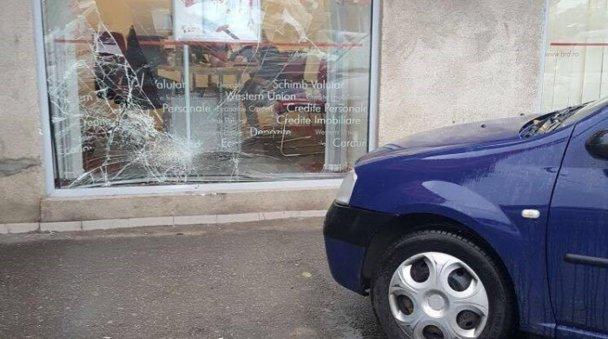 O angajată BancPost a intrat cu maşina în vitrina unei sucursale BRD - FOTO