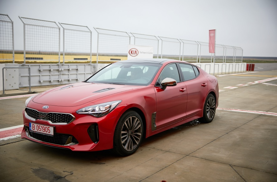 "Noul Kia Stinger are un start promiţător: finalistă la ""Car of the Year"" 2018 şi ""North American Car of the Year Award"" 2018"