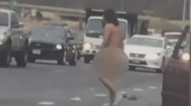 Un bărbat s-a dezbrăcat pe autostradă. Poliţia a intervenit cu câinii