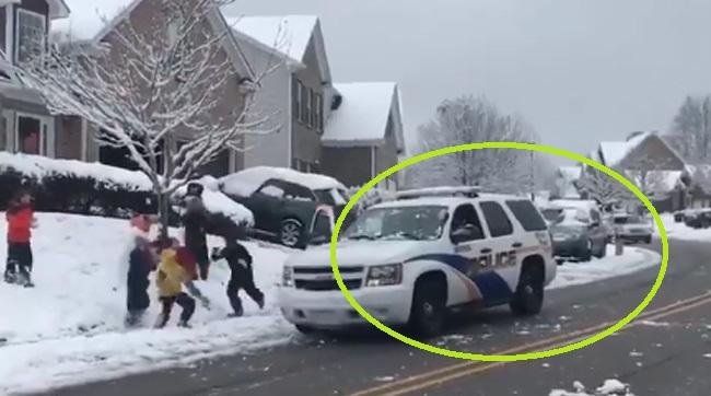 Bătaie cu zăpadă între adversari inegali: poliţiştii au fost atacaţi cu bulgări de zăpadă de o gaşcă de copii - VIDEO