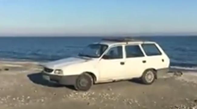 Un constănţean şi-a lăsat Dacia pe plajă. E posibil ca amenda să depăşească valoarea maşinii - VIDEO