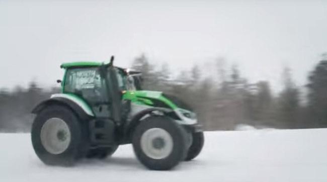 video-un-nou-record-pentru-cel-mai-rapid-tractor-din-lume-pe-zapada