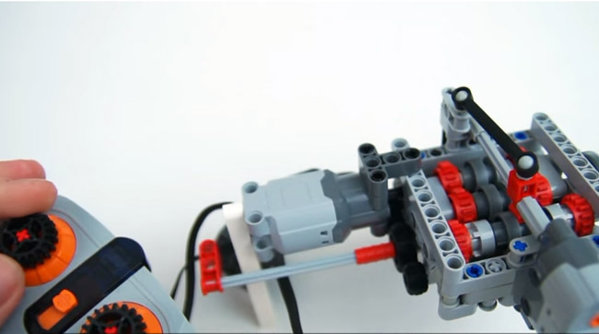 Cineva a făcut o cutie de viteze funcţională din Lego - VIDEO